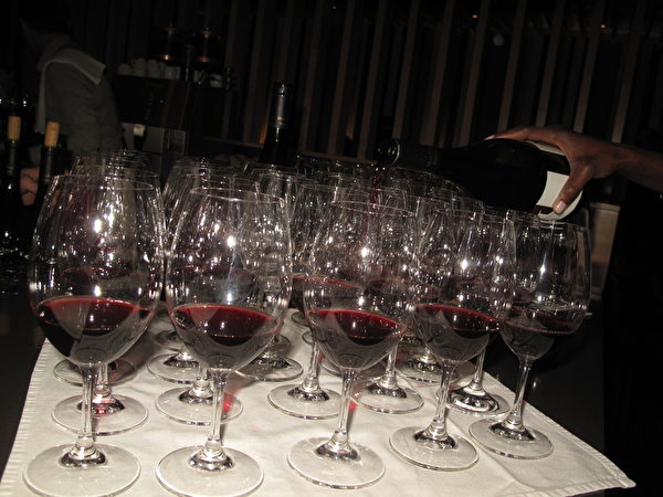先慢慢品尝、用鼻孔探索一下气味、用舌头口腔感受酒格与味道,请别一饮而尽,且让杯中液的妩媚悠悠地发挥出来,方是赏酒的情意。 (阮公子提供)