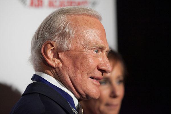 2014年1月17日,奥尔德林(Buzz Aldrin)在加州参加公众活动。(Photo by Gabriel Olsen/Getty Images)