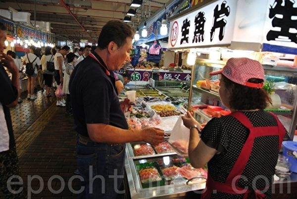 碧砂休闲港区内的鱼货直销中心,基隆区渔会以走动式管理及提供公秤服务,买的新鲜、买的更安心。(周美晴/大纪元)