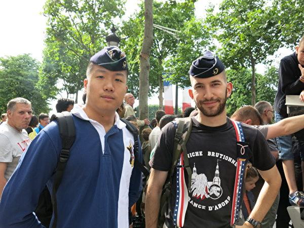 普瑞塔尼国家军校的学生Edouard(右)和同学一起观看国庆游行。(关宇宁/大纪元)
