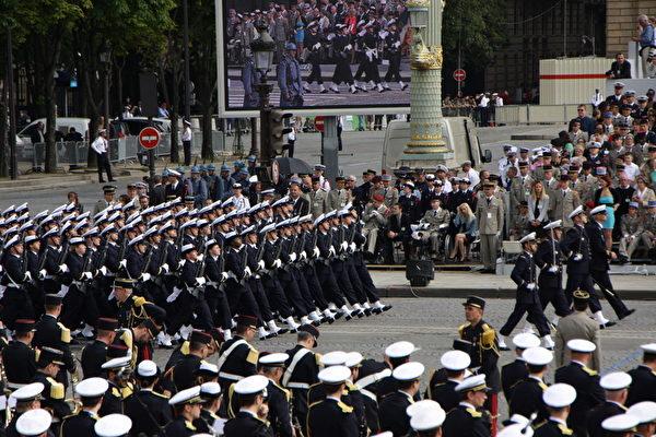 法国船舶学校方阵(Ecole Navale et Groupe des Ecoles du POULMIC)(叶萧斌/大纪元)
