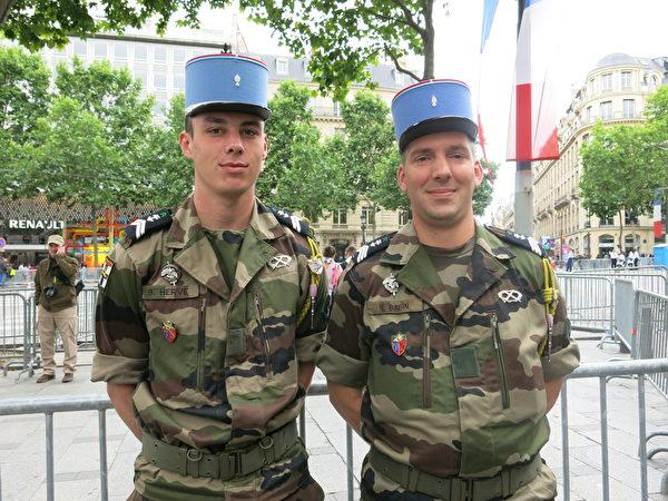 Babin和Herve是两位年轻、英俊的军人,今年第一次参与国庆游行,主要承担了游行前的车辆准备工作。(关宇宁/大纪元)