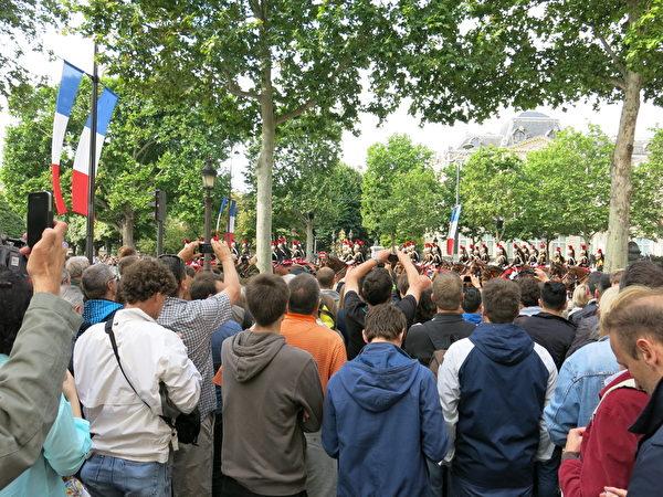 人山人海的观众翘首观看法国国庆阅兵游行。(关宇宁/大纪元)