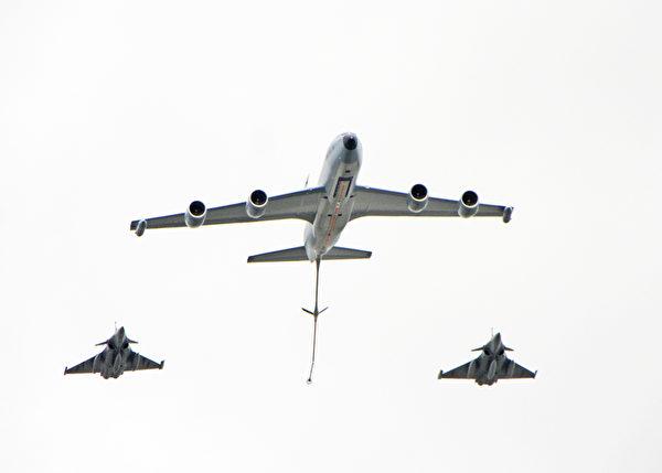 法国国庆阅兵上,飞机列队中的Boeing C135飞机。(叶萧斌/大纪元)