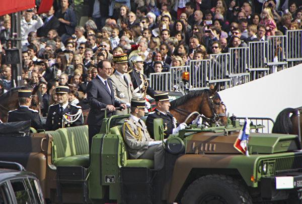 法国总统奥朗德坐军车抵达。(叶萧斌/大纪元)