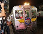 曾是台灣最快光華號列車(DR2700型柴聯車),在台灣鐵道上奔跑48個年頭,15日晚間卸下戰袍,將變身為文化列車。(詹亦菱/大紀元)