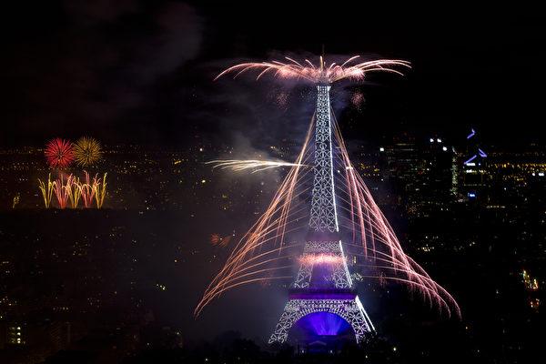7月14日,法国艾菲尔铁塔烟火秀绚丽夺目。(KENZO TRIBOUILLARD/AFP)