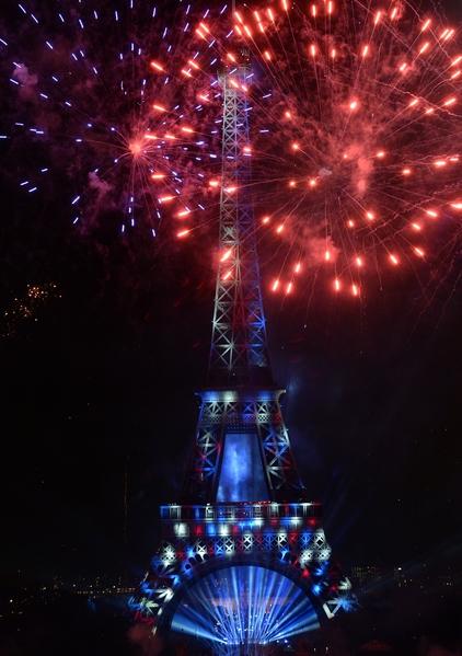 7月14日,法国艾菲尔铁塔烟火秀绚丽夺目。(PIERRE ANDRIEU/AFP/Getty Images)