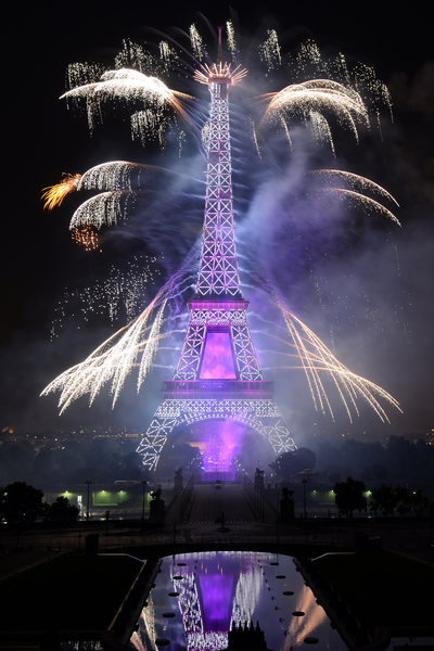 7月14日,法国艾菲尔铁塔烟火秀绚丽夺目。(Frederic T Stevens/Getty Images)