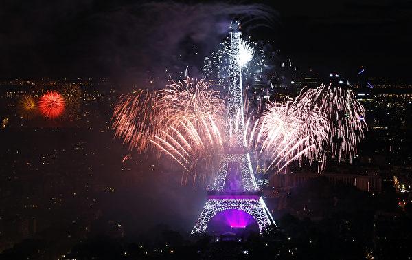 7月14日,法国艾菲尔铁塔烟火秀绚丽夺目。(Thierry Chesnot/Getty Images)