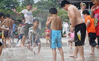 """近日气温飙高,台北市卫生局提供防暑3要诀""""通风、 遮阳、补充水分"""",并提醒民众,若发生中暑情形,应 尽快到通风凉爽处降温,症状持续须尽速就医。 (中央社)"""