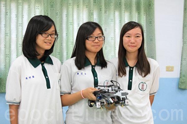 高中职竞赛组第一名的三位女生:陈妍蓁(左1)、廖苡芳(中)、林子乔(右1)。(许享富 /大纪元)