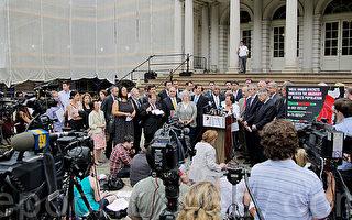 7月14日,纽约市的国会议员、州议员和市议员,将近30位民选代表在市政厅集会,支持以色列在加沙的行动,表示以色列有权保卫自己。(谢安澜/大纪元)