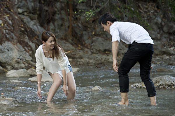 與炎亞綸拍攝戲水場景,李毓芬太用力玩水,拍完後手酸到有點舉不起來。(三立提供)