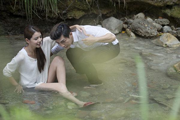 劇中安排李毓芬與炎亞綸戲水後不慎滑倒。(三立提供)