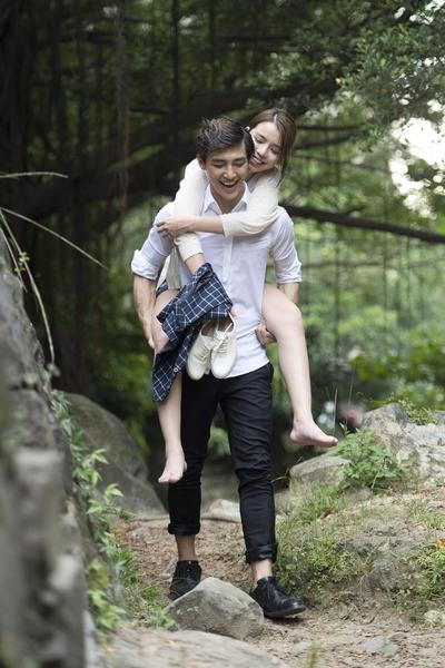 劇中李毓芬滑倒扭傷腳,炎亞綸背她回營區。(三立提供)