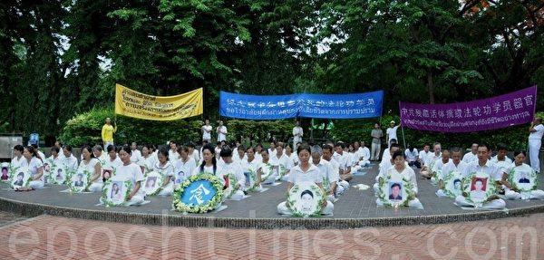 二零一四年七月十三日,泰国法轮功学员在是乐园举行反迫害集会。(石方/大纪元)