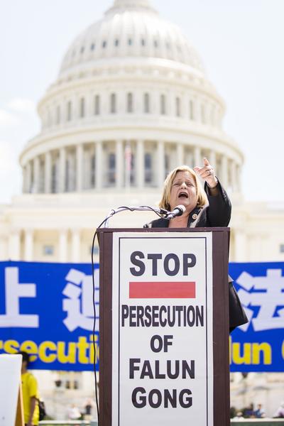 佛罗里达州国会众议员伊丽娜.萝斯-莱赫蒂宁(Ileana Ros-Lehtinen)于2014年7月17日在美国首都华盛顿国会山西草坪举行的集会上演讲。(爱德华/大纪元)