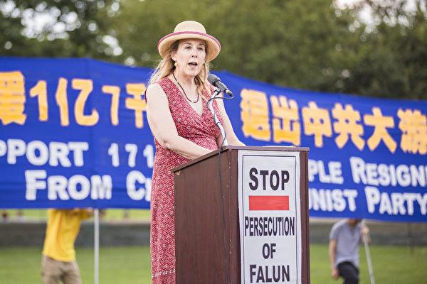 自由之家(Freedom House)全球項目副總裁克洛伊•施文克(Chloe Schwenke)在集會上說:「當自由之家在2001年為法輪功創始人李洪志先生頒發『國際信仰自由獎』時,我們就和全世界各角落那些維護與呼籲人類基本權利的人們站在了一起。因為沒有比維護自由信仰更重要的事了。」(愛德華/大紀元)