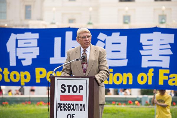 宗教自由大聯盟(Religious Freedom Coalition)主席威廉•莫裡( William J. Murray)在集會上說:「只是為了堅持信仰的法輪功學員被按需殺害,器官被賣 給別的國家的富人。全世界都應該因這暴行憤怒。為了人類正義和人類尊嚴,這暴 行必須停止。」(戴兵/大紀元)