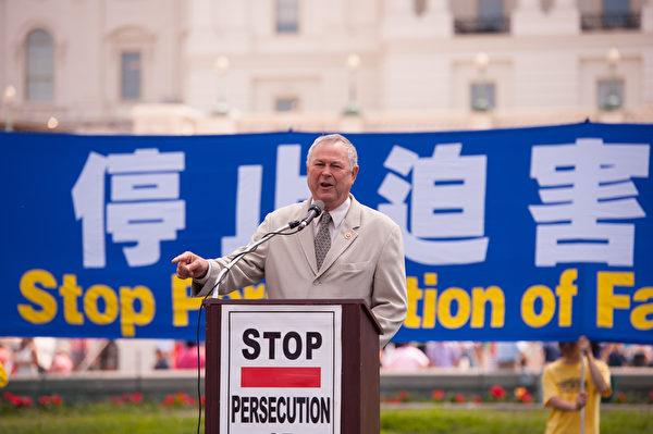 """加州国会众议员达纳-罗拉巴克(Dana Rohrabacher)说:""""现在是抛弃共产主 义的时候了。""""(摄影:爱德华/大纪元)"""