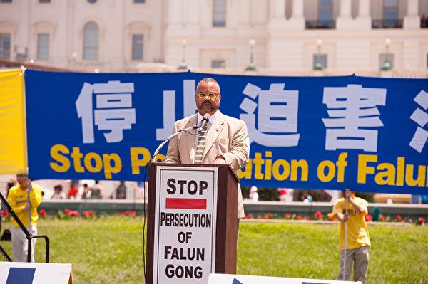 新澤西州國會眾議員唐納德•佩恩(Rep.Donald M. Payne, Jr.)在7月17日的集會上說:「過去十多年,法輪功學員遭受了種種的拘禁、壓迫、折磨、殺害,甚至是被活摘器官。對這樣驚駭全球的罪惡,我們要強烈地抗議他們對人權的踐踏。」(戴兵/大紀元)