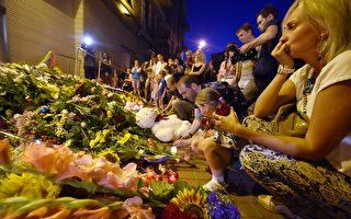 7月17日,马航MH17航班从荷兰阿姆斯特丹飞往吉隆坡过程中,在乌克兰境内被导弹击中坠毁,机上298人全部罹难,包括80名婴儿。图为罹难乘客家属在基辅的荷兰大使馆门前烛光悼念。(SERGEI SUPINSKY/AFP/Getty Images)