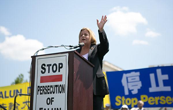 佛羅里達州國會眾議員伊麗娜•蘿斯-萊赫蒂寧(Ileana Ros-Lehtinen)於2014年7月17日在美國首都華盛頓國會山西草坪舉行的集會上演講。(李莎/大紀元)