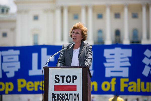國防論壇基金會(Defense Forum Foundation)主席蘇珊娜•肖爾特(Suzanne Scholte)在集會上說:「我們要共同制止這場迫害。我們要和中國民眾站在一起,我們不能讓中共毀掉中國和那裏民眾走向光明的希望。」(李莎/大紀元)