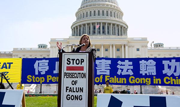 每年的7月20日,在各地舉辦的反迫害集會中,很多國會議員及政要為法輪功發聲。圖為美國佛羅里達州國會眾議員伊麗娜.蘿斯-萊赫蒂寧(Ileana Ros-Lehtinen)於2014年7月17日出席在美國首都華盛頓國會山西草坪舉行的集會。(李莎/大紀元)