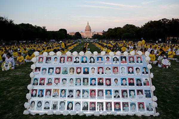 7月17日美國首都華盛頓,來自北美部份地區的法輪功學員在國會山前的國家廣場舉行15年和平反迫害燭光夜悼。(李莎/大紀元)