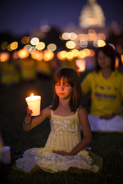 7月17日美国首都华盛顿,来自北美部分地区的法轮功学员在国会山前的国家广场举行15年和平反迫害烛光夜悼。(爱德华/大纪元)
