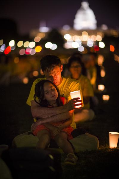 7月17日美國首都華盛頓,來自北美部份地區的法輪功學員在國會山前的國家廣場舉行15年和平反迫害燭光夜悼。(愛德華/大紀元)