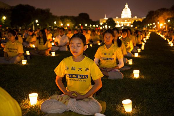 7月17日美國首都華盛頓,來自北美部份地區的法輪功學員在國會山前的國家廣場舉行15年和平反迫害燭光夜悼。(戴兵/大紀元)