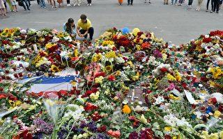 2014年7月17日,乌克兰基辅,民众在基辅的荷兰大使馆门前以鲜花悼念罹难者。(SERGEI SUPINSKY/AFP/Getty Images)