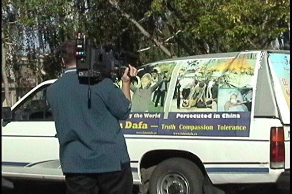 图:萨省Yorkton电视台记者在拍摄,采访横加紧急救援万里行的法轮功学员张先生一行。 (大纪元图片)