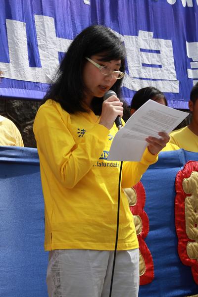 图:法轮功学员Alice Zhang呼吁加国政府与民众制止中共迫害法轮功。(田园/大纪元)