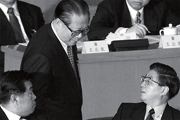 2006年,深度捲入陳良宇貪腐案的中共政治局常委黃菊(右),因江的阻撓和黃當時已患癌症,於是胡錦濤對黃採取了「不逮捕、不判刑、不公開、不露面」的低調處理方式。(AFP)