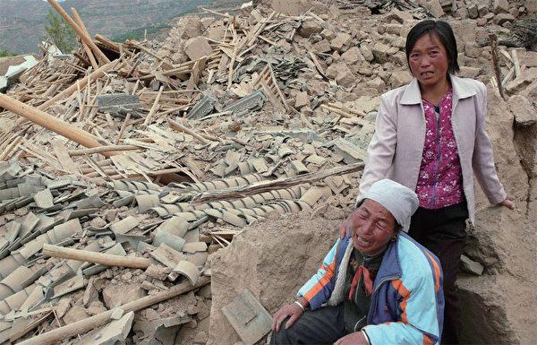 2008年5月12日發生四川汶川地震,由於中共軍隊遲緩救災,災民們求助無門,只能苦苦等待救援。(AFP)
