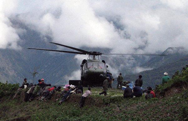 2008年5月14日,地震已發生兩天,中共軍隊才同意增派直昇機。(AFP)