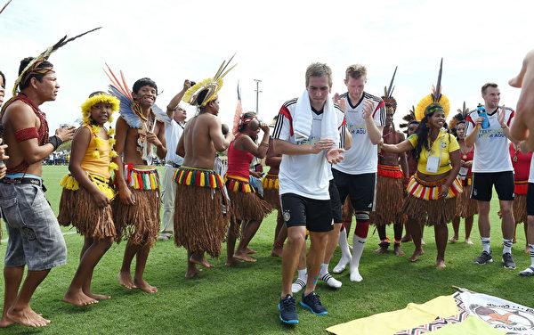6月9日,德國國家隊與巴西土著在巴伊亞選手村共舞。( Markus Gilliar - DFB Pool/Bongarts/Getty Images)