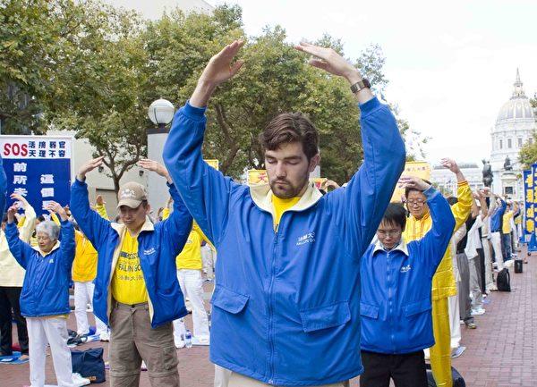 法輪功學員在舊金山聯合國廣場集體煉功。(周容/大紀元)