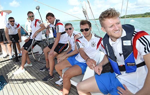 6月10日,德國國家隊在巴伊亞州享受帆船之旅。( Markus Gilliar - DFB Pool/Bongarts/Getty Images)