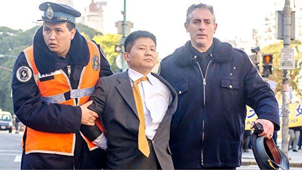 阿根廷警方逮捕中共大使馆的一名官员。(大纪元)