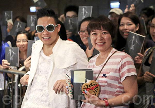 蘇永康在書展上與倪匡的作家妹妹亦舒合照。(余鋼/大紀元)