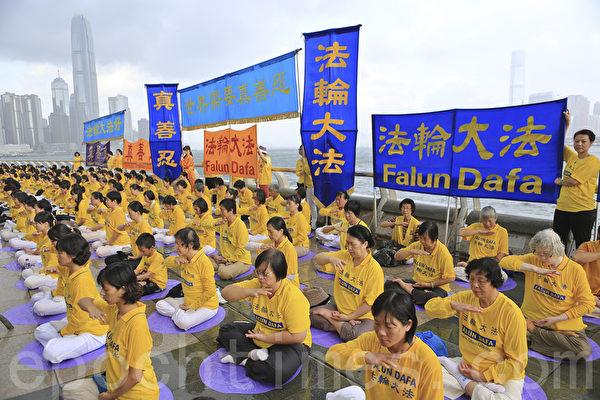 走過15年反迫害歷程,香港法輪功學員一連兩天舉行盛大遊行集會,呼籲「解體中共、結束迫害」。7月20日(星期天)繼續在九龍市中心舉行盛大遊行,呼籲解體中共、結束迫害和法辦元兇。 (余鋼/大紀元)