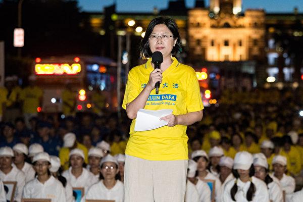 2014年7月20日,台灣台北市,法輪功學員舉辦燭光悼念活動,呼籲共同結束中共對法輪功的迫害。圖為台灣法輪功人權律師團發言人朱婉琪參與活動。(陳柏州/大紀元)