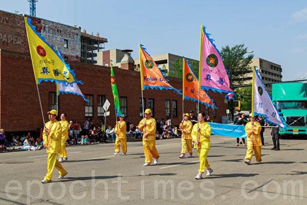 2014年7月18日,一年一度的加拿大埃德蒙顿淘金节(K-Day)在大游行中拉开序幕。法轮大法团队获得主席奖。(Frank Liang/大纪元)