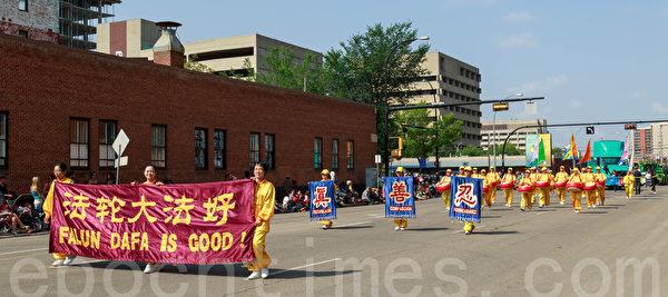 2014年7月18日,一年一度的加拿大埃德蒙顿淘金节(K-Day)在大游行中拉开序幕。图为法轮大法团队。(Frank Liang/大纪元)