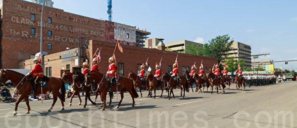 2014年7月18日,一年一度的加拿大埃德蒙顿淘金节(K-Day)在大游行中拉开序幕。图为大游行。(Frank Liang/大纪元)